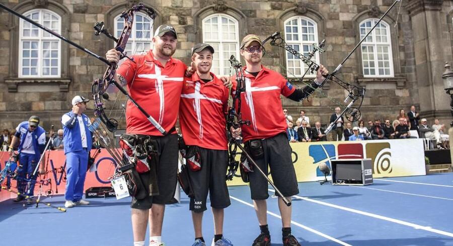 Finalerne ved VM i bueskydning foregår på Christiansborg Slotsplads. Her ses Patrick Lauersen, Stephan Hansen og Martin Damsbo kort tid efter, de havde skudt sig til en bronzemedalje.