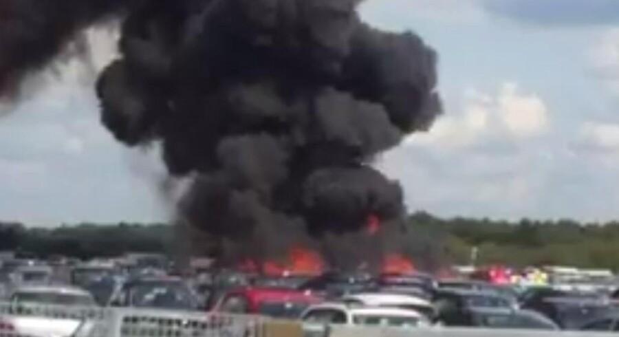 Fly og biler i brand ved Blackbushe Lufthavn.