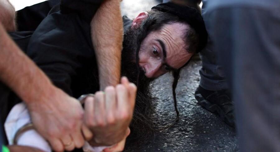 Gerningsmanden - en ortodoks jøde, der tidligere har angrebet Gay Pride - blev overmandet og afvæbnet på stedet.