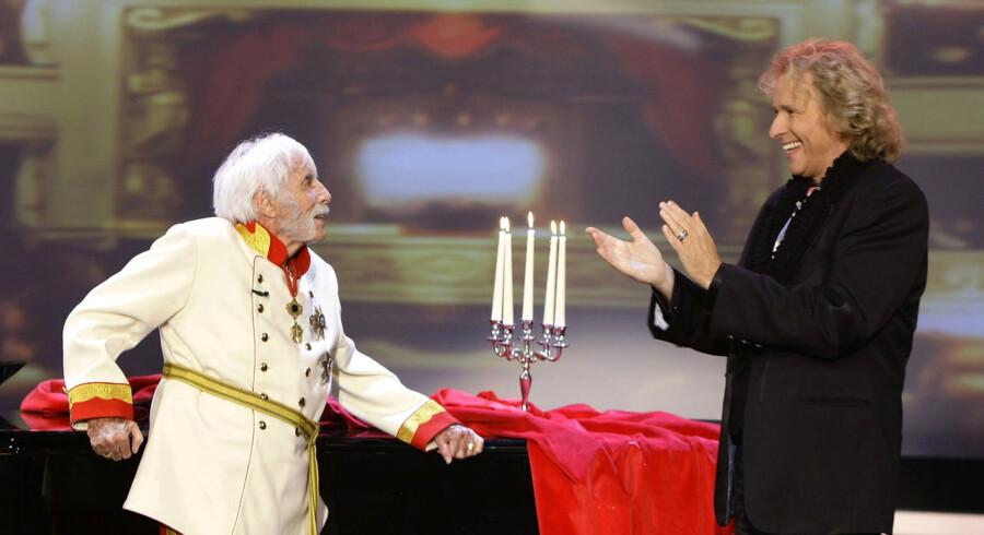"""Johannes Heesters (tv) er død, 108 år gammel. Her ses han i det tyske tv-program """"Wetten dass...?"""" med værten, Thomas Gottschalk."""
