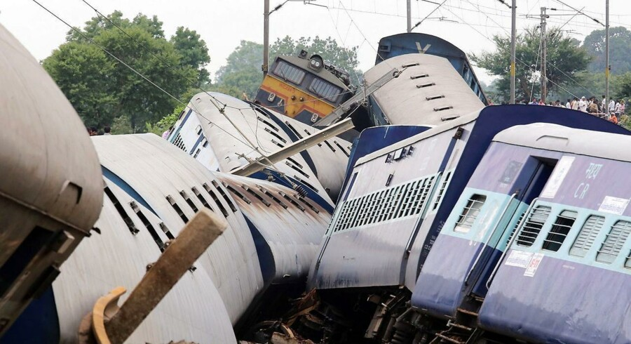 To passagertog kørte af sporet med minutters mellemrum i den indiske delstat Madhya Pradesh. Årsagen til ulykken er sandsynligvis, at voldsom monsunregn har skyllet jorden under skinnerne væk, men debatten om Indiens nedslidte jernbanenet er blusset op igen i kølvandet på ulykken.25 mennesker meldes dræbt, mens 250 passagerer er blevet reddet.