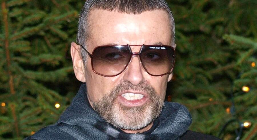 Den britiske sanger George Michael fortalte fredag aften her foran sit hjem i Hampstead i London om den lungebetændelse, der var ved at tage livet af ham på et hospital i Wien i Østrig.
