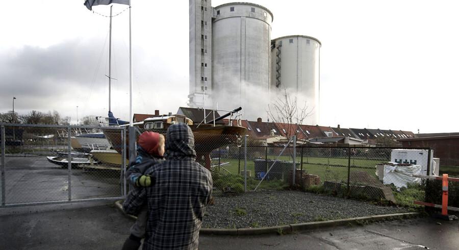 Standhaftig silo Assens står endnu efter sprængningen tirsdag 6. december 2011 og det er uvist hvornår den kan væltes. Der lød et kolossalt brag ... Men det var blot en fuser af rang. Den ene sukkersilo på Søndre Ringvej, der ellers skulle være lagt ned med sprægstof. (Foto: Sonny Munk Carlsen/Scanpix 2011)