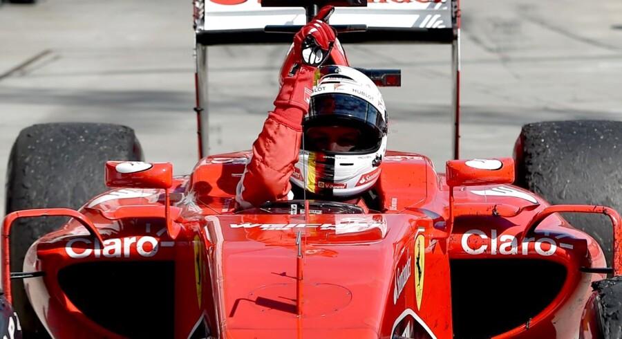 Sebastian Vettel fejrer her sejren i det ungarske grand prix med at pege op i himlen som en gestus til den afdøde Jules Bianchi.