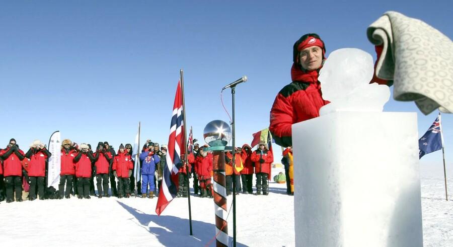 Jens Stoltenberg afslører isbustte af eventyreren Roald Amundsen på Sydpolen.