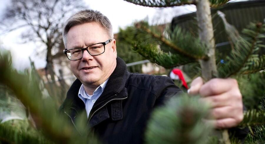 De hjemløse på Sundby fik stjålet de juletræer, de sælger for at samle penge til en sommertur til Kalundborg. En direktør - Hans Nielsen - der hørte om tyveriet, kom forbi og gav 5.000 kr. for et juletræ.