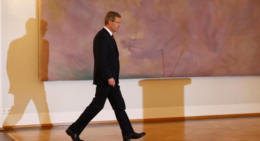 Tysklands præsident går den tunge gang til talerstolen, hvorfra han gav en undskyldning til tyskerne.
