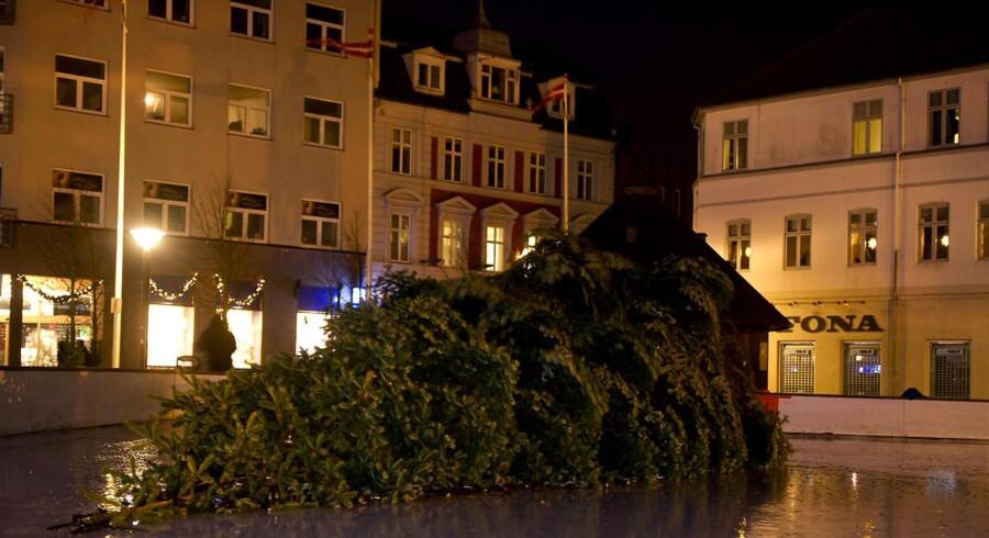 Esbjergs juletræ måtte give op overfor blæsten i nat.