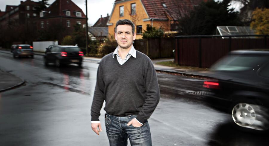 Formand for grundejerforening Sundbyvang, Derek Søndergaard Helqvist, kan nu se frem til, at den lokale Peder Lykkes Vej bliver sværere at tilbagelægge i bil, fordi kommune vil undgå at betale for vejens vedligeholdelse. Her i krydset mellem Peder Lykkes Vej og Otto Ruds vej.