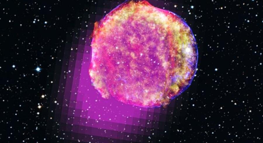 Detfarvelagte portræt afresterne af Tycho Brahes supernova viser optagelser af hhv. gammastråler (magenta), røntgenstråler (gule,grønne og blå), infrarøde stråler (rød) ogsynligt lys.