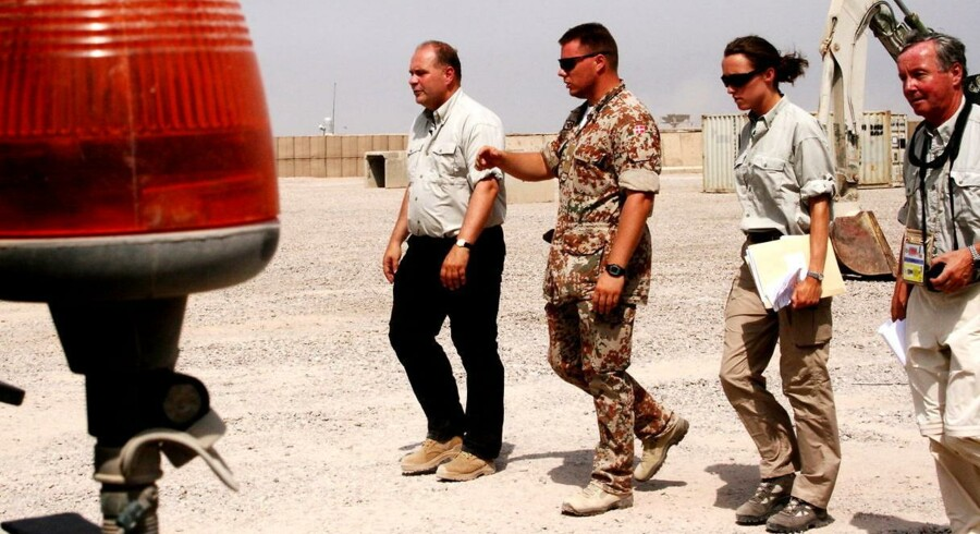 Ifølge B.T. var det på vej hjem i flyveren efter et besøg i Irak, at journalisten Rasmus Tantholdt fik det første nys fra daværende forsvarsminister Søren Gade om, at der blev indsat jægersoldater i Irak.
