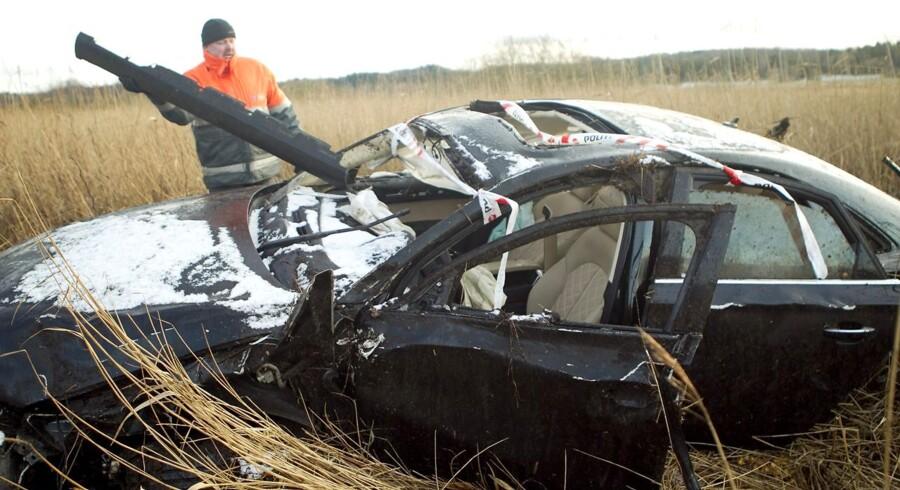 To unge mænd har mistet livet i en soloulykke ved Ålum nær Randers. Mændene er blevet fundet i en Audi A8, som på grund af høj fart er forulykket på Gl. Viborgvej. Ulykken er sket på et sted, hvor Gl. Viborgvej svinger. - En større politistyrke og flere ambulancer rykkede ud, da vi fik anmeldelsen, siger politikommissær Mogens Brøndum i Østjyllands Politi. - Bilen var nærmest kastet væk fra vejen og ud over en skrænt, siger Mogens Brøndum. - Den har uden tvivl kørt meget stærkt, tilføjer han. Dødsulykke på Gl. Viborgvej ved Ålum.20111206