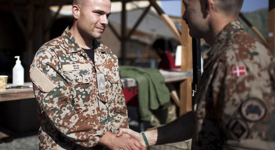 Rune modtager sine oversergent-striber i Camp Price.
