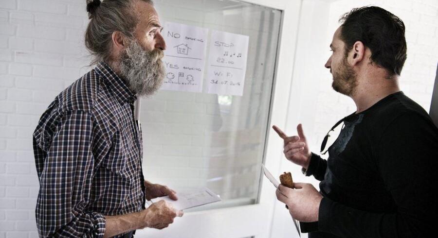 Ikke alle flygtningene i villaen på Frederiksberg taler dansk, så Jens Degerbøl har leget Jørgen Clevin og tegnet skilte med de vigtigste husregler. Foto: Liselotte Sabroe