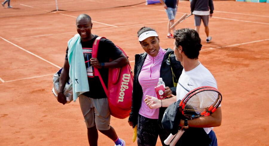Serena Williams er efter sin Wimbledon-triumf i lørdags allerede tilbage på tennisbanen. Her ses hun sammen med sit team i den svenske badeby Båstad.