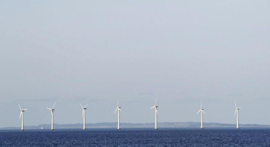Arkivfoto af danske vindmøller ud for Tunø Rev. Milliardinvesteringer i vindmøller og udnyttelse af biomasse er nytteløst, hvis målet er at reducere CO2-udslippet, fastslår vismænd.