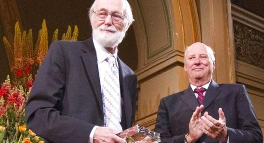 Abelprisen gik i år til den amerikanske matematiker John Milnor, derblev hædret ved en ceremoni i Oslo i maj. Prisen overrækkes af Kong Harald.