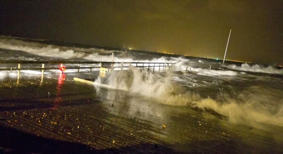 Det er stadig uvist, hvornår 148 mennesker ombord på en strandet Ærøsfærge kan komme i land. Her er det stormen, der rammer Langebro ved Ålsgårde klokken 21.30 søndag aften.