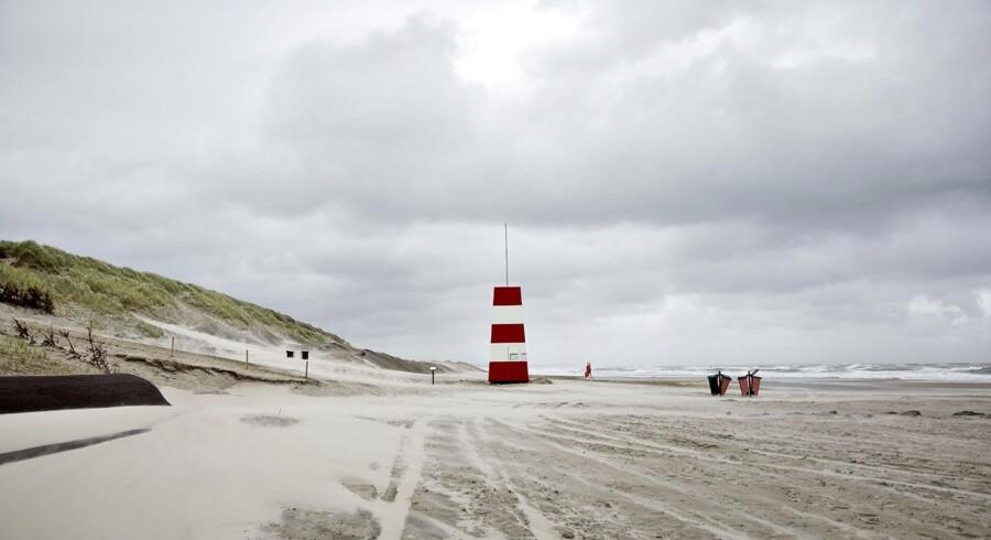 I Hvide Sande ses det dårlige sommervejr tydeligt. Havde solen skinnet, ville stranden have været pakket med badegæster.
