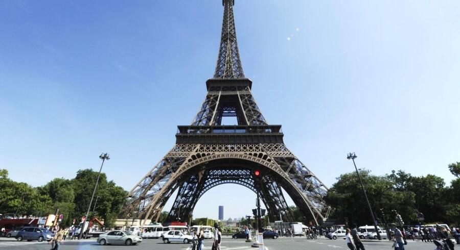Nyt forslag vil pakke Eiffeltårnet ind i grønt og gøre det til verdens højeste juletræ. Foto: Miguel Medina, AFP/Scanpix