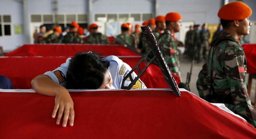 Indonesien er i landesorg efter at det militære transportfly af mærket Hercules C-130B, tirsdag forulykkede i den indonesiske by Medan. Talsmænd slår fast at over 140 mennesker omkom i flystyrtet. De afdøde mindes nu af militærbasen såvel som pårørende, der naturligvis alle er dybt påvirkede af situationen.