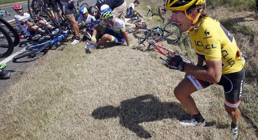 Kim Andersen ærgrer sig over Fabian Cancellaras styrt.