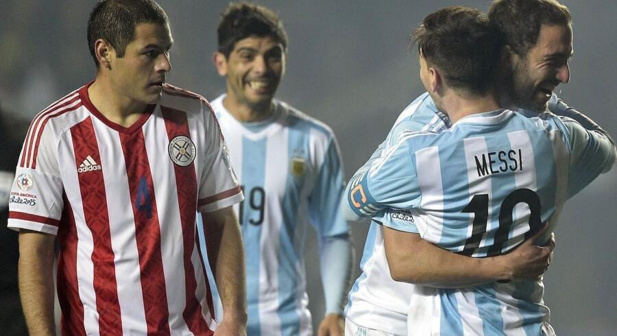 Lionel Messi jubler sammen med Gonzalo Higuain, som til sidst kom på banen og scorede til 6-1.