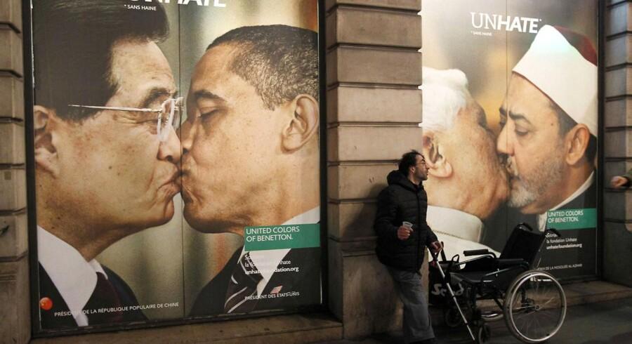 Benetton-butikken i Paris har prydet facaden med manipulerede kyssebilleder af verdens ledere.