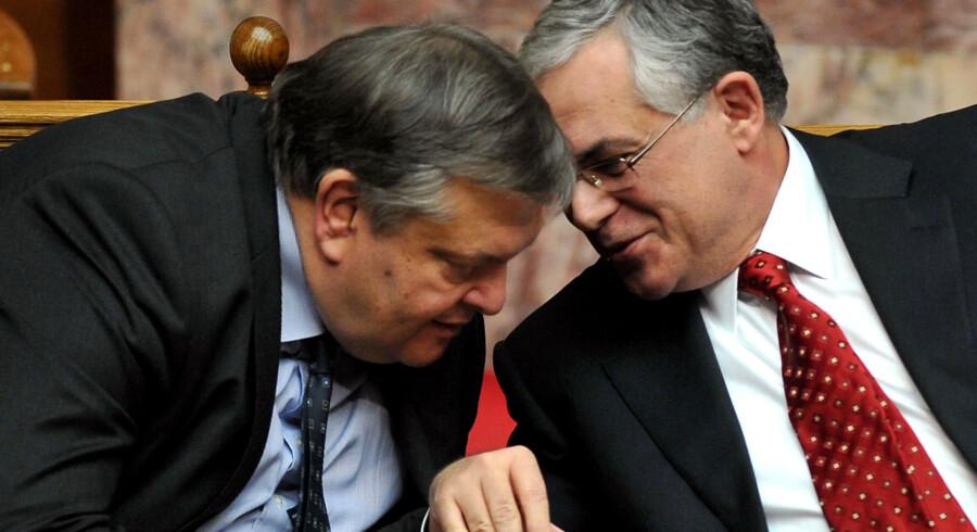Nok at snakke om. Den græske premierminister Lucas Papademos snakker med finansminister Evangelos Venizelos.