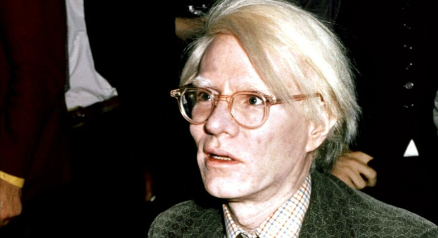 """Andy Warhol foreviget menes han signerer hans bog """"From A t B and back again"""" i London i 1975."""