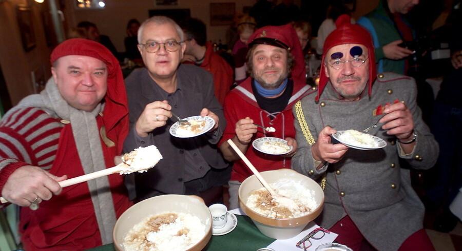 """DR ´s julekalender fra 1984 """"Nissebanden"""" bliver genudsendt i år. Her et udvalg af de gamle nisser og et stk. instruktør, fra venstre Flemming Jensen, Per Pallesen, Lars Knutzon og A38 på pressemøde i Tivoli."""
