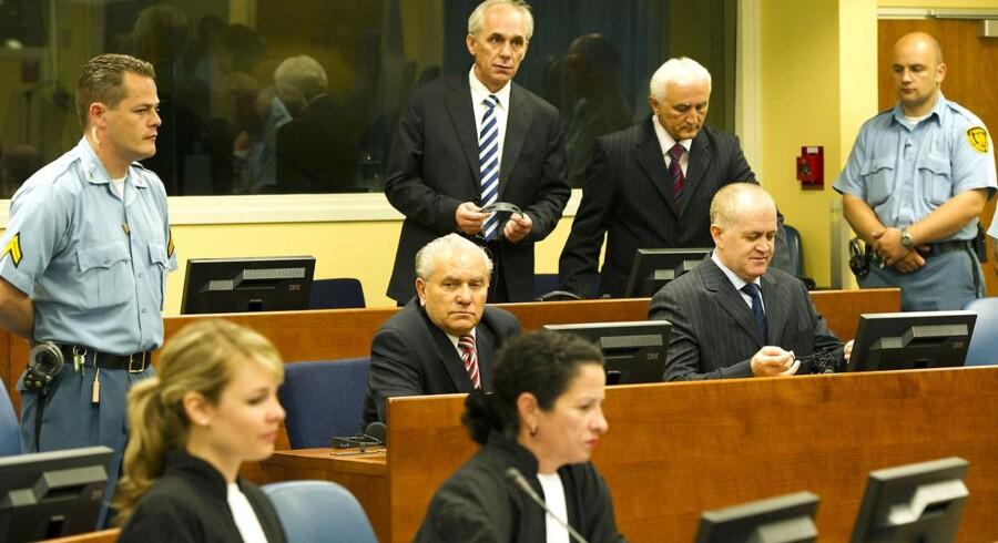 Ljubomir Borovcanin, stående i midten, ved domstolen i Haag. Arkiv.