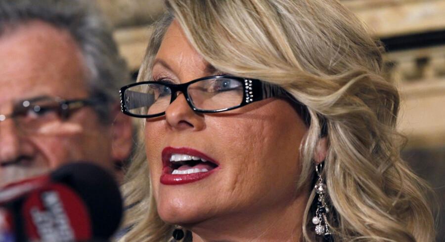 Sharon Bialek stod i går -som den første kvinde - offentligt frem og anklagede Herman Cain for lange fingre.