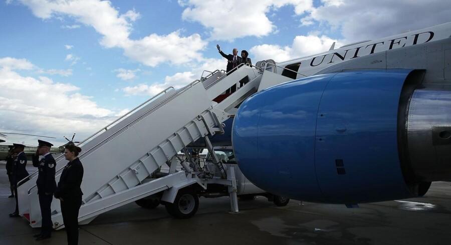 ARKIVFOTO: Vicepræsident Mike Pence på vej ombord på Air Force Two med sin kone Karen 26. januar.