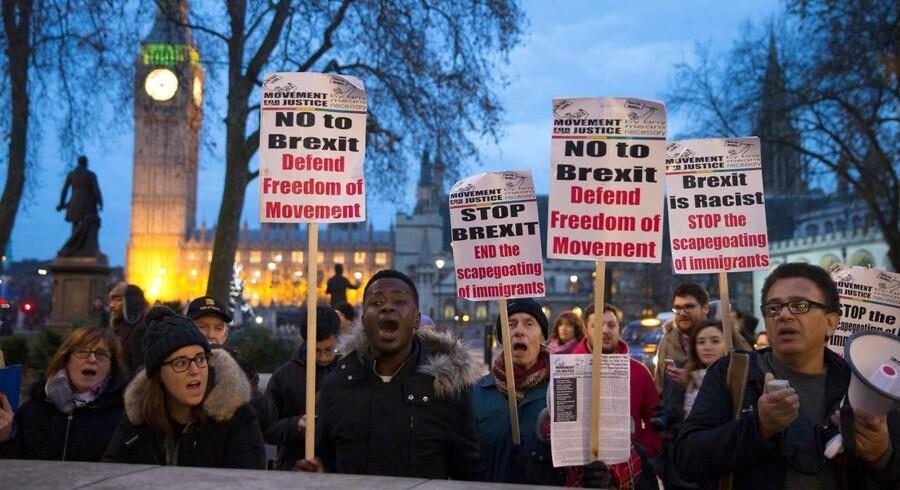 De britiske højesteretsdommere har understreget, at de kun forholder sig til et rent juridisk spørgsmål om EU-udmeldelsen og ikke vil foretage politiske overvejelser. En del britiske demonstranter har alligevel under ugens retshandlinger valgt at møde frem for at markere deres politiske holdninger for og imod en fortsat forbindelse til EU. Foto: AFP