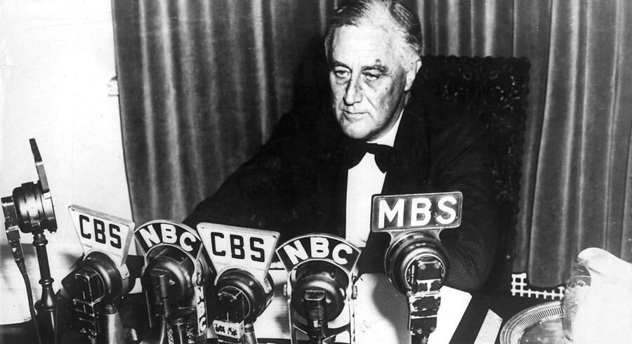 Præsident Franklin Delano Roosevelt holder fra Det Hvide Hus en tale i radioen om USAs neutralitet, efter at England og Frankrig erklærede Tyskland krig i 1939. Franklin D. Roosevelt var præsident fra 1933 til 1945.