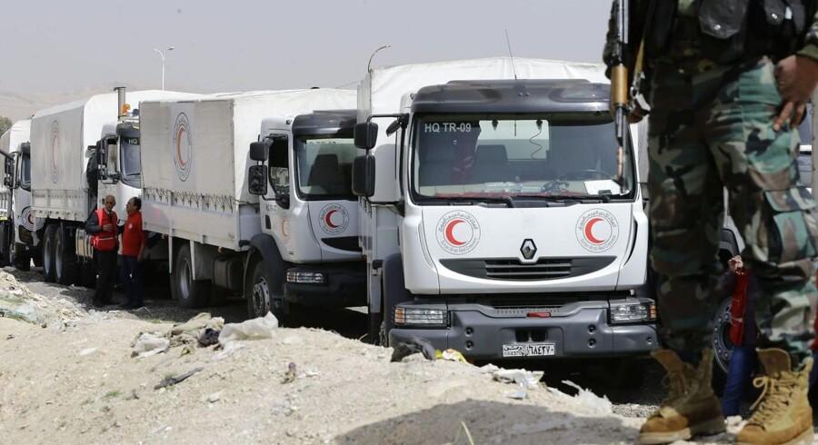 Nødhjælp er nu inde i oprørernes Østghouta nær syrisk hovedstad. Men regimet fjerner en del af nødhjælpen.