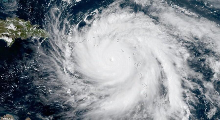 Maria, der er en orkan i Caribien, har onsdag morgen kostet mindst én person livet.