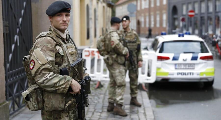 Soldater bevogter den jødiske synagoge i København fredag morgen 29. september. Fra i dag indsætter Forsvaret soldater i forbindelse med bevogtningsopgaver i København og ved grænsen i Sønderjylland. Det er besluttet politisk, at i alt 160 soldater skal aflaste betjente ved grænsen og i bevogtningen af jødiske institutioner. Ingen ved, hvor længe de bevæbnede soldater skal stå på gaden.
