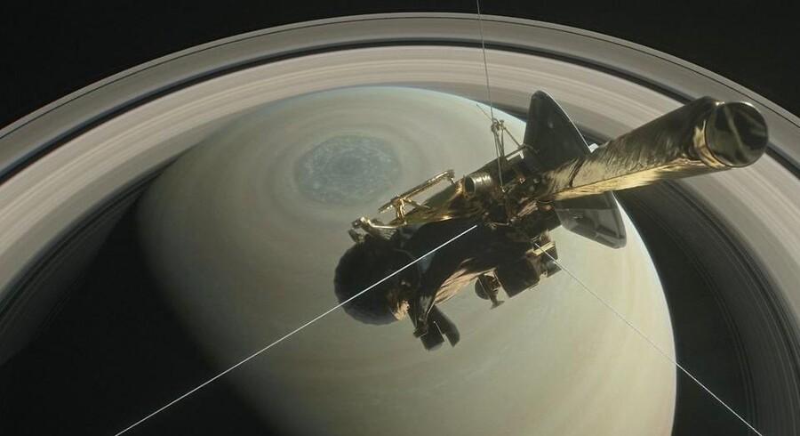 26. april indleder rumsonden Cassini sin selvmordsmission ved at kaste sig ned gennem den smalle sprække mellem Saturn og dens inderste ringsystem. Det er snart 20 år siden, at Cassini blev opsendt.