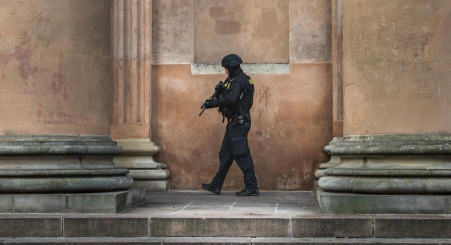 Stærkt bevæbnet politi uden for Københavns Byret i forbindelse med sagen mod fire mænd, som nu er frifundet for medvirken til terror.