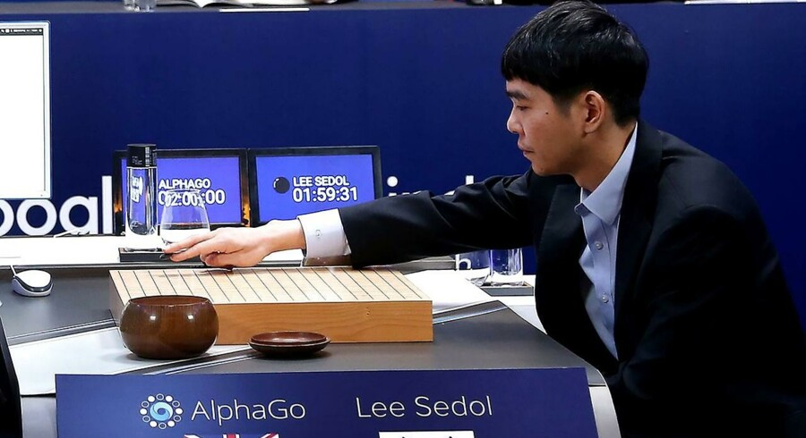En af verdens bedste go-spillere, sydkoreaneren Lee Se-dol, måtte smide håndklædet i ringen og erkende sit nederlag til Googles kunstige intelligens AlphaGo. Go er et oldgammelt kinesisk brætspil. Foto: Ed Jones/AFP og Reuters