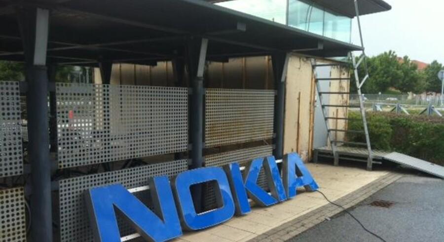Et historisk billede på Nokias situation, taget af John R. Kristensen under et besøg i de gamle Nokia-bygninger i Københavns sydhavn i 2012, hvor tidligere 1.200 Nokia-ansatte havde deres arbejdsplads. Præcis den dag rykkede Aalborg Universitet ind, og man havde meget symbolsk smidt Nokia-skiltet over til cykelskuret. Måske skal det nu op igen? Foto: John R. Kristensen