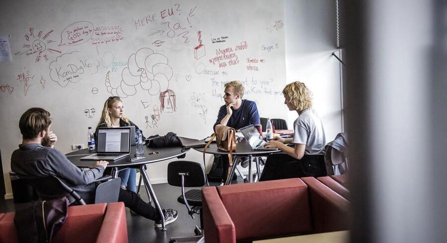 Kvinder får i langt de fleste tilfælde bedre karakterer end mænd på universiteterne. Billedet stammer fra Aalborg Universitet, hvor de kvindelige bachelorstuderende ligger på et snit på 6,58, mens det for mænd er 6,09.