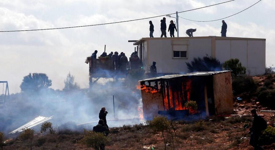 I 2014 beordrede Israels Højesteret bosættelsen Amona rømmet med den begrundelse, at den er opført på private palæstinensiske jordlodder. I går beordrede den israelske hær så indbyggerne i Amona til at forlade bosættelsen i løbet af 48 timer. Modsvaret kom hurtigt i form af brændende bildæk og stenkast.