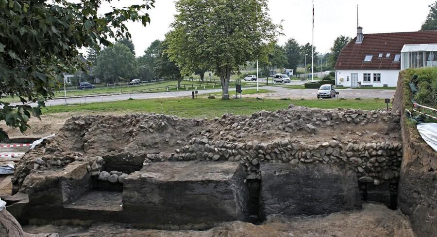 Pressebillede fra Museum Sønderjylland - Danmark er ældre end vi troede. Store gravkøer og små skeer har været på arbejde ved indgangen til Skandinavien. Forsvarsvolden Dannevirke har været under ske og lup. Og nu har videnskaben talt - Danernes rige er ældre, end vi troede. Det dansk-tyske hold af arkæologer afslører, at Dannevirke er omkring halvandet hundrede år ældre, end man tidligere har vurderet.