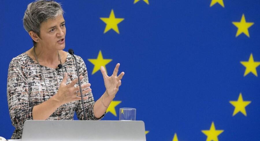 EU's konkurrencekommissær, Margrethe Vestager, uddeler milliardbøder til tre af verdens tungeste banker. Her er der tale om bankerne Crédit Agricole, HSBC og JPMorgan Chase, der sammenlagt får bøder på 485 million euro.
