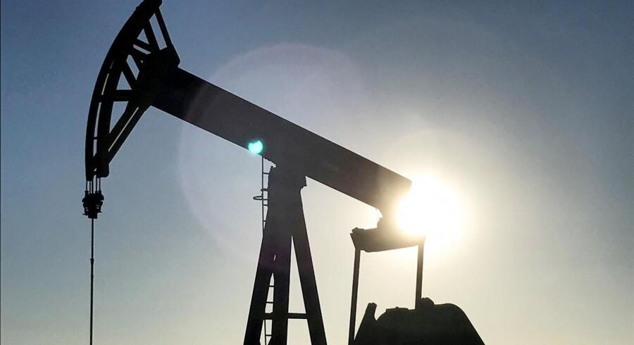 Oliepriserne forsætter mandag med at være påvirket af fredagens Opec-møde, men i modsætning til fredag er priserne faldet tilbage.