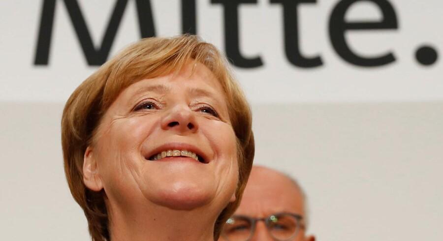 Trods et dårligt valgresultat med ca. 33 pct. af stemmerne kan kansler Angela Merkel holde fast i regeringsmagten efter søndagens tyske valg.