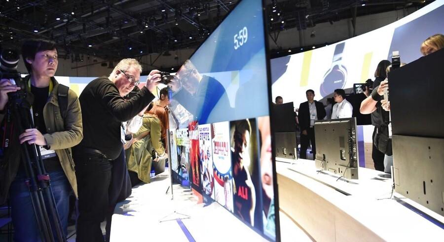 Sony hører til blandt de største TV-producenter og er herhjemme i konkurrence med LG Electronics om tredjepladsen, men nu overvejes både TV- og mobilproduktionen med de roste Xperia-telefoner solgt fra. Arkivfoto: Robyn Beck, AFP/Scanpix